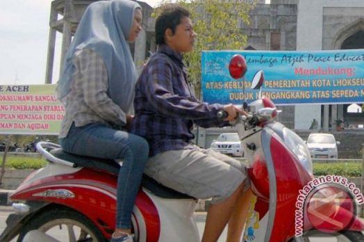 duduk mengangkang sepeda motor