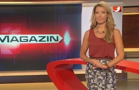 posisi-tangan-presenter-tv
